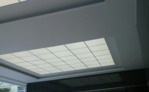 неоновая подсветка козырька здания, центр - заполнение под армстронг, периметр подсветка ниш