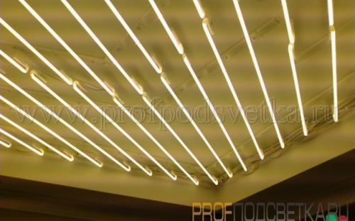 неоновое заполнение лампами за витражем